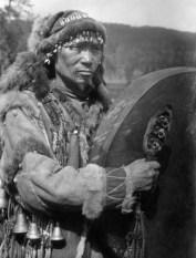 Одеяние шамана сопровождает его не только на протяжении всей жизни, а и при переходе в мир мертвых.